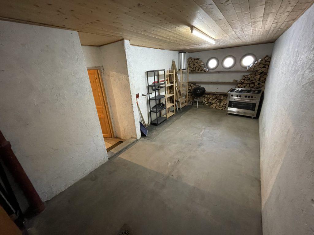 Grand garage pour stationner les véhicules des locataires au chalet Skade Morzine