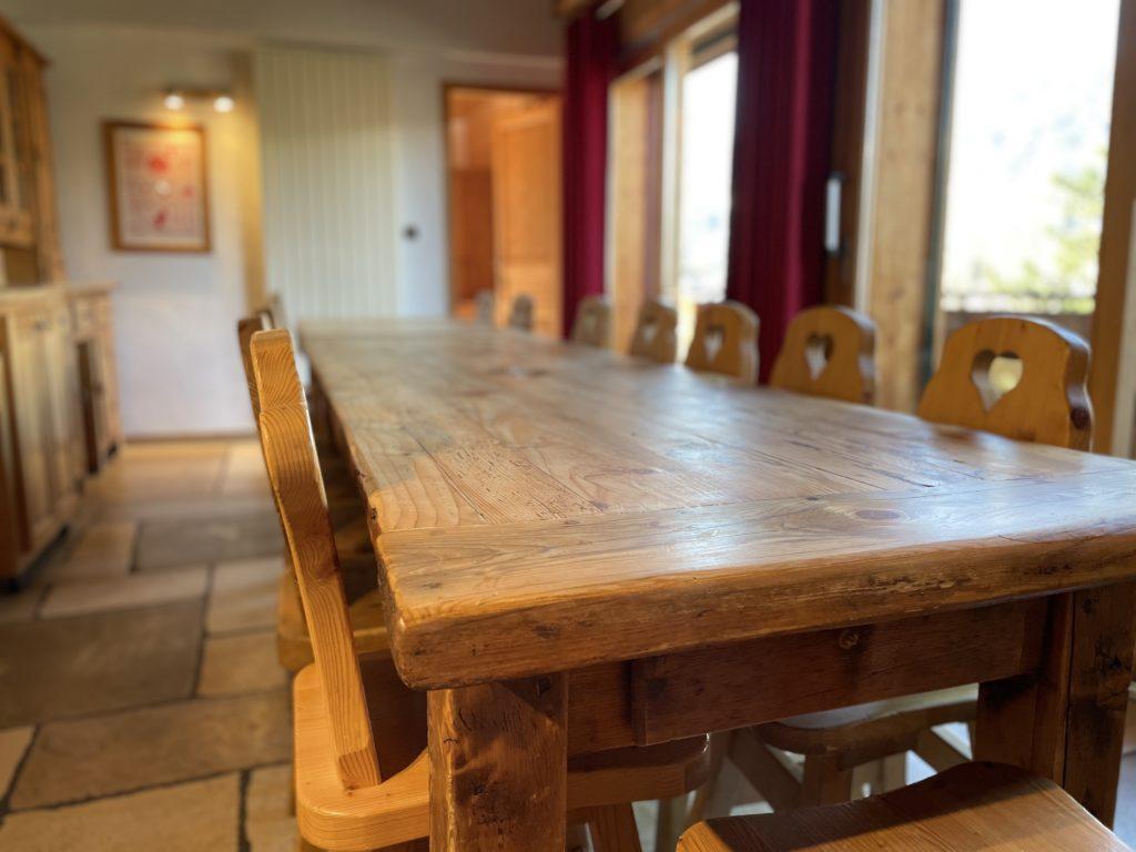 Grande table de ferme en bois massif à Morzine